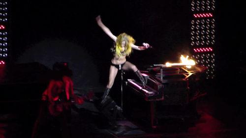 Lady Gaga упала во время выступления