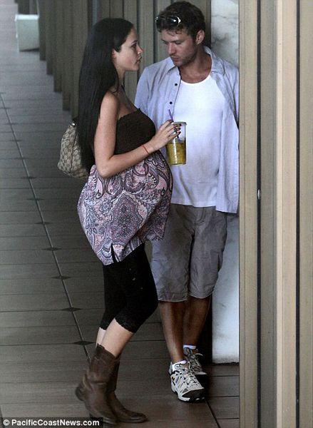Райан Филлипп встретился со своей бывшей беременной девушкой