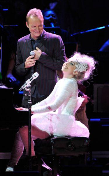 Lady Gaga выступает со Стингом