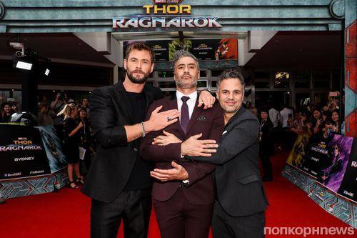 Крис Хемсворт и Марк Руффало на красной дорожке премьеры «Тор: Рагнарек» в Сиднее
