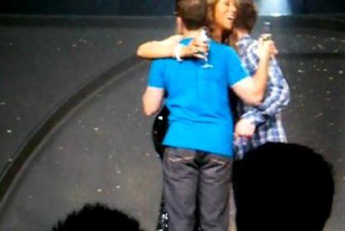 Гомосексуальная пара обручилась на концерте Мэрайи Кери