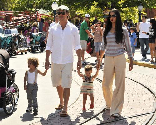 Мэттью МакКонахи с семьей в Диснейленде
