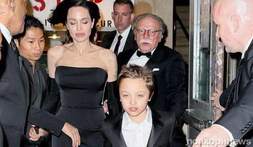 Фото: Анджелина Джоли с детьми на церемонии вручения наград ООН