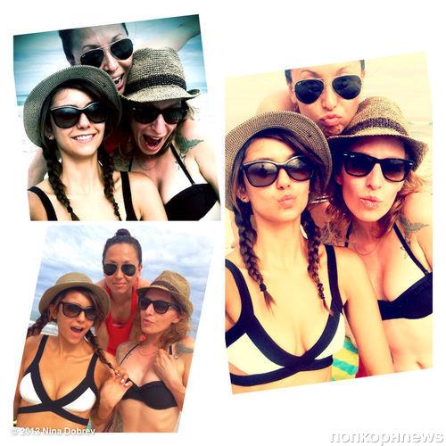 Нина Добрев на пляже с подругами