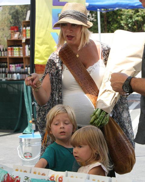Тори Спеллинг с семьей на фермерском рынке
