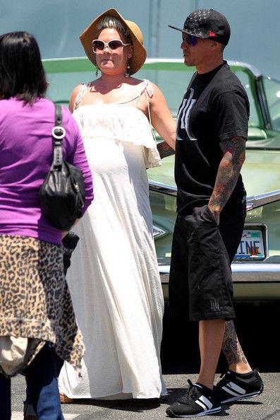 Беременная Пинк с мужем в Малибу
