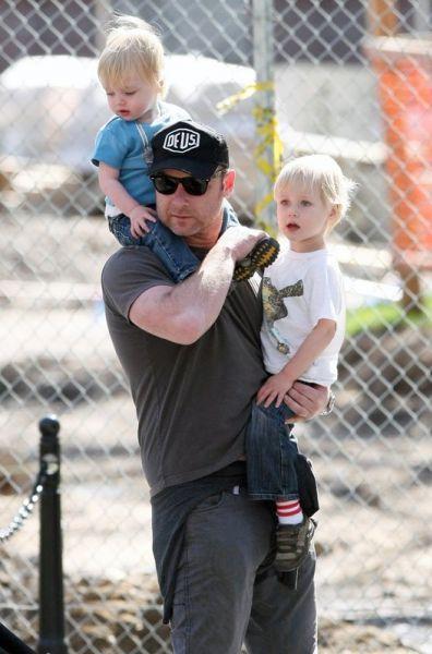 Лив Шрайбер с детьми в парке