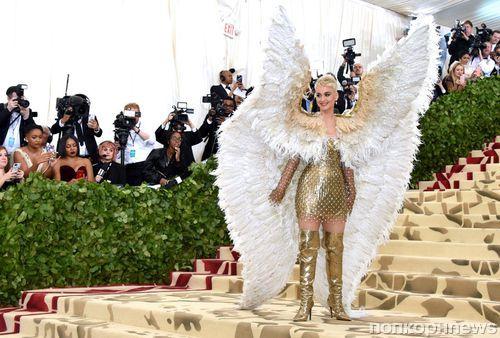 От ангельских крыльев Кэти Перри до папской тиары Рианны: самые необычные аксессуары Met Gala 2018