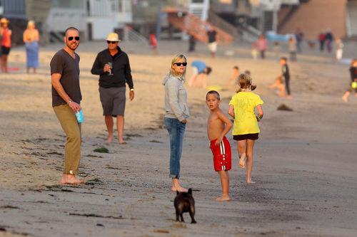 Риз Уизерспун с семьей в Малибу