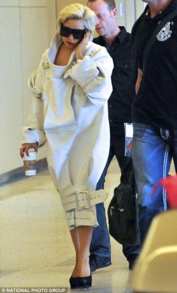 Lady Gaga и ее космический наряд в аэропорту
