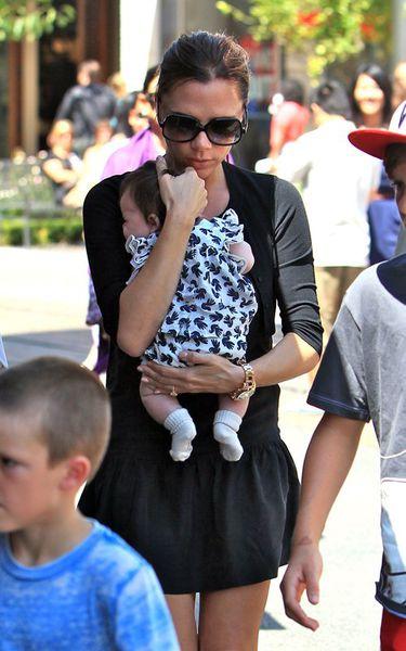 Виктория Бэкхем с детьми во время шоппинга