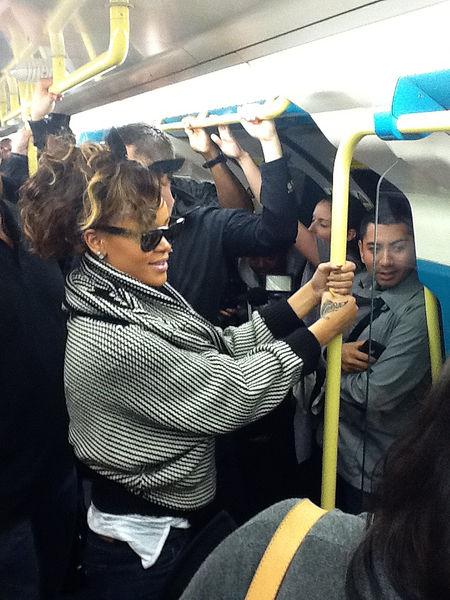 Рианна прокатилась в лондонской подземке