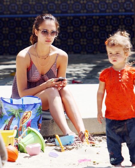 Джессика Альба с дочерью в парке