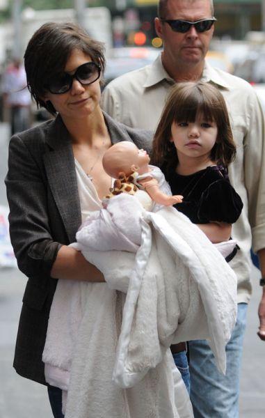 Кэти Холмс: на работу с ребенком