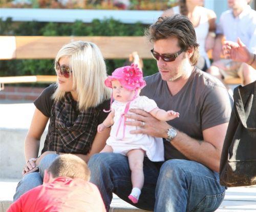 Тори Спеллинг и ее семья: прогулка в парке