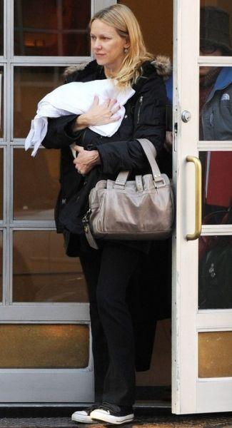 Первые фото Наоми Уоттс и ее сына после родов