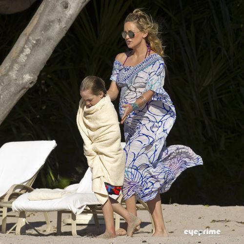 Кейт Хадсон с семьей в Мексике