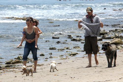 Милла Йовович с семьей на пляже