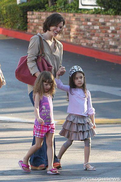 Милла Йовович с семьей в Лос-Анджелесе
