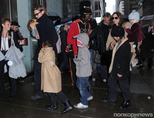 Семейство Джоли-Питт отправились за игрушками