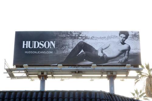 Сын Арнольда Шварценеггера разделся для рекламы джинс