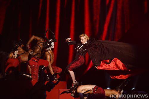 Видео: Мадонна упала со сцены во время концерта