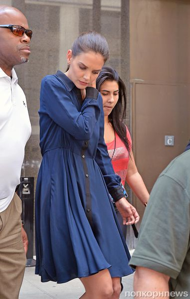 Кэти Холмс  появилась  перед камерами без обручального кольца на пальце