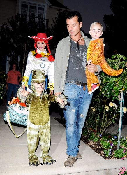 Семья Гвен Стефани в костюмах к Хэллоуину