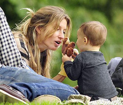 Жизель Бундхен отдыхает с ребенком в парке