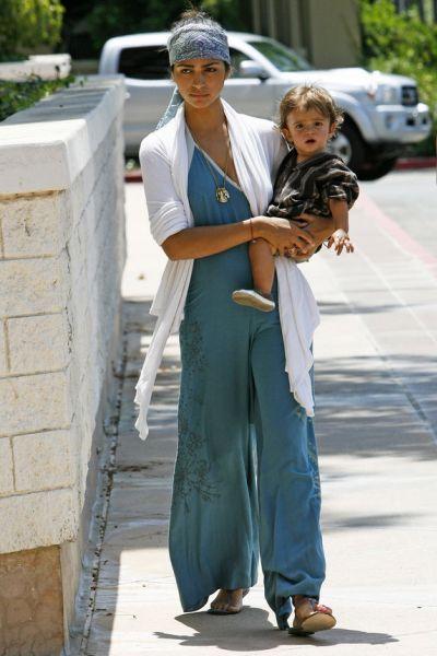 Беременная Камила Альвес гуляет с сыном Леви