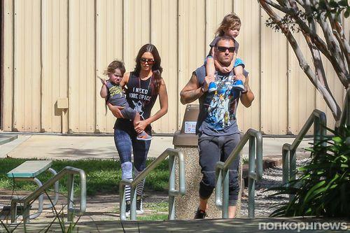 Меган Фокс и Брайан Остин Грин на прогулке  с детьми