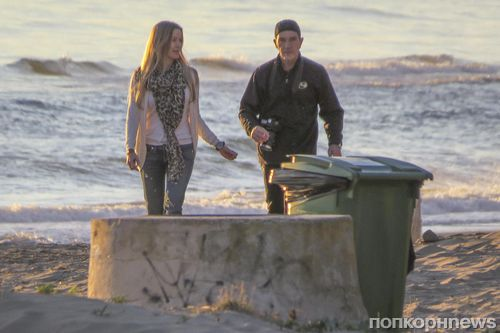 Антонио Бандерас со своей девушкой на пляже в Испании