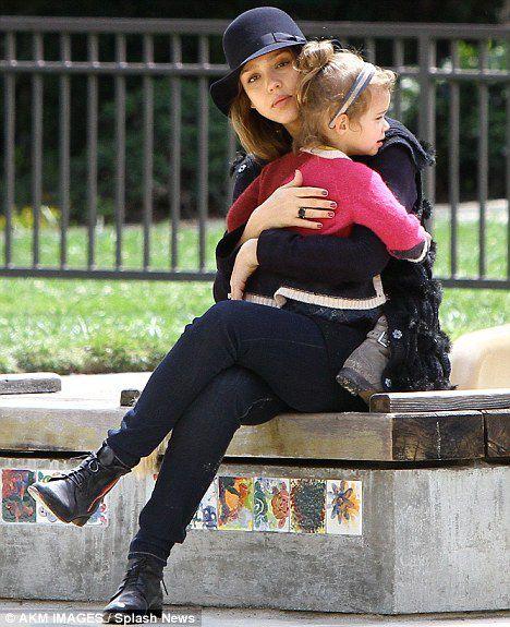 Джессика Альба с дочерью в парке Coldwater