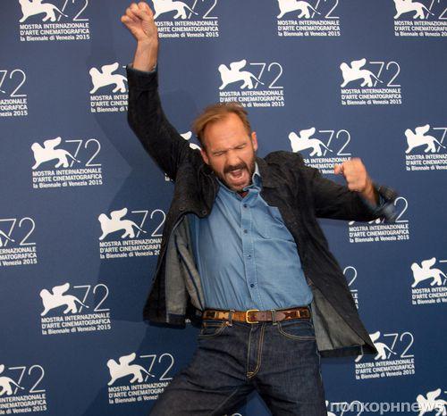 Рэйф Файнс удивил зрителей на премьере  «Больший всплеск» в Венеции