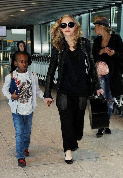 Мадонна с сыновьями в аэропорту Нью-Йорка