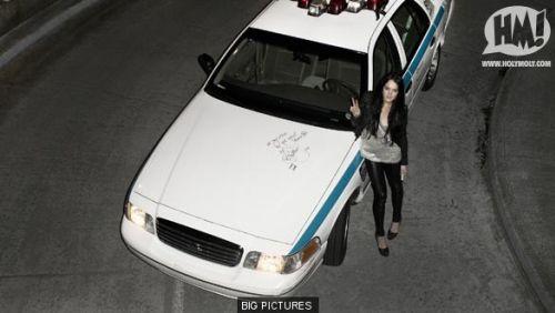 Линдсей Лохан позирует на полицейской машине