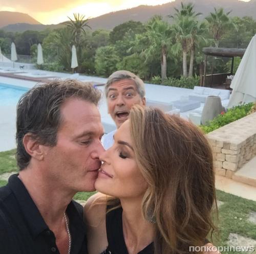 Джордж Клуни «отфотобомбил» Синди Кроуфорд