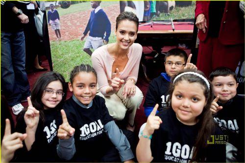 Джессика Альба помогает детям