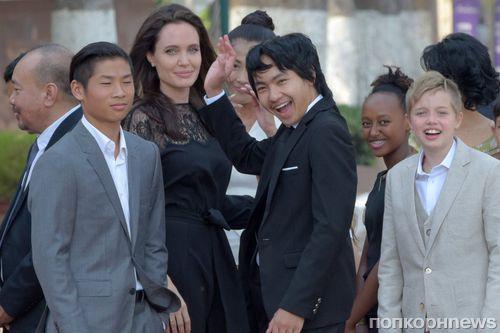 Фото: Анджелина Джоли привезла детей на премьеру своего фильма в Камбодже