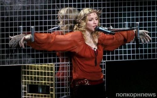 На концертах Мадонны выступят переодетые в монахинь стриптизерши