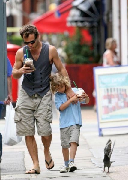 Джуд Лоу с сыном в Лондоне