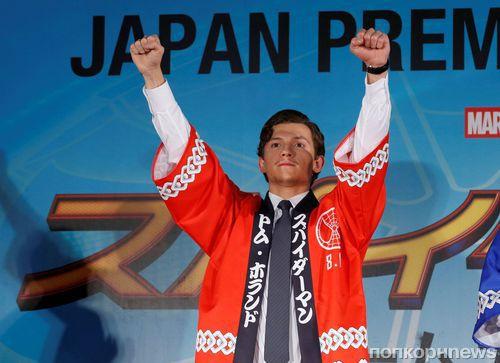 Том Холланд привез своего «Человека-паука» на премьеру в Токио
