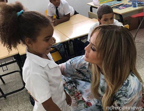 Дженнифер Лопес и Алекс Родригез посетили с благотворительным визитом школу в Доминикане