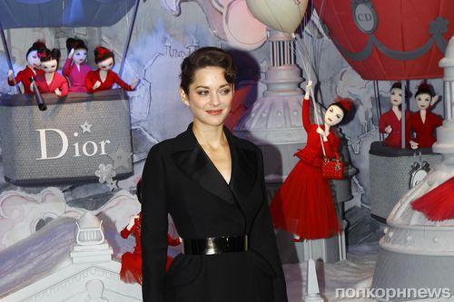 Марион Котийяр на открытии рождественской витрины Dior