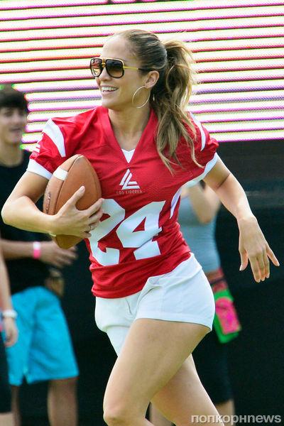 Дженнифер Лопес и Каспер Смарт играют в футбол
