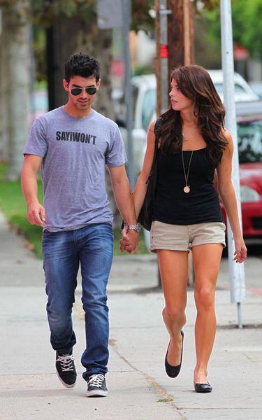 Джо Джонас и Эшли Грин ходят вместе за покупками
