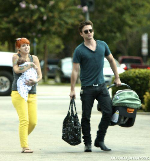 Джексон Рэтбоун на прогулке с девушкой и сыном