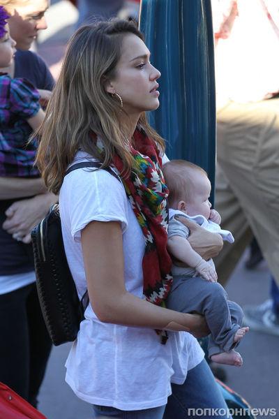 Джессика Альба с семьей в Диснейленде