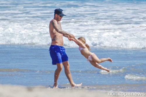 Дэвид Бекхэм на пляже с детьми