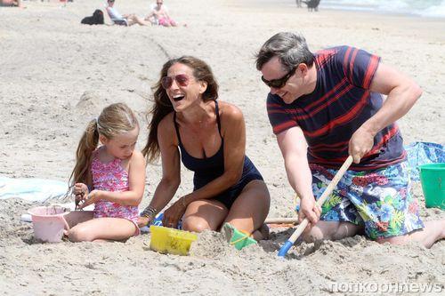 Сара Джессика Паркер на пляже с семьей